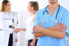 Niewiadoma męska chirurg lekarka z stetoskopem, krzyżować ręki Obraz Stock