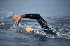 Niewiadoma pływaczka przy morzem Zdjęcia Royalty Free