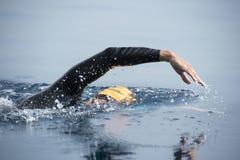 Niewiadoma pływaczka przy morzem Obrazy Royalty Free