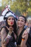 Niewiadome dziewczyny są uczestnicy kulturalny i festiwal muzyki Sziget w Budapest, Węgry Obrazy Stock