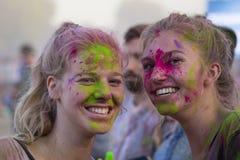Niewiadome dziewczyny są uczestnicy kulturalny i festiwal muzyki Sziget w Budapest, Węgry Zdjęcia Royalty Free