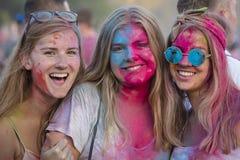 Niewiadome dziewczyny są uczestnicy kulturalny i festiwal muzyki Sziget w Budapest, Węgry Obrazy Royalty Free