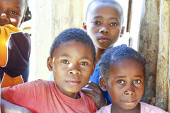 Niewiadomi afrykańscy dzieci śmia się w Malgasy wiosce fotografia stock