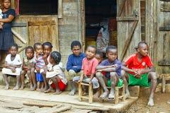 Niewiadomi afrykańscy dzieci śmia się w Malgasy wiosce obrazy royalty free