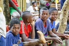 Niewiadomi afrykańscy dzieci śmia się w Malgasy wiosce obraz stock