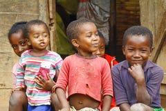 Niewiadomi afrykańscy dzieci śmia się w Malgasy wiosce zdjęcia stock