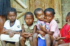 Niewiadomi afrykańscy dzieci śmia się w Malgasy wiosce zdjęcia royalty free