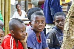 Niewiadomi afrykańscy dzieci śmia się w Malgasy wiosce zdjęcie stock