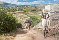 Niewiadomi afrykanie pracuje mocno w brickyard - Madagascar Obraz Stock