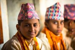 Niewiadomi dzieci podczas czytania teksty w sanskrycie przy Jagadguru szkołą Obrazy Royalty Free