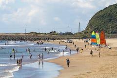 Niewiadomi ludzie i jachty na Durban plaży Obraz Stock