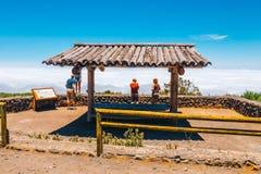 Niewiadomi ludzie odwiedzają punkt widzenia nad chmury w Teide parku narodowym w Tenerife, Hiszpania Fotografia Royalty Free