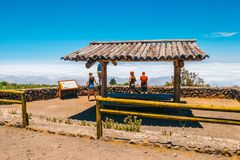 Niewiadomi ludzie odwiedzają punkt widzenia nad chmury w Teide parku narodowym w Tenerife, Hiszpania Obraz Stock