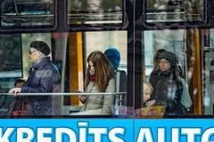 Niewiadomi ludzie przez transportu publicznego okno Obrazy Royalty Free