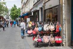 Niewiadomi ludzie w zakupy ulicznym śródmieściu w Paryż, Francja fotografia stock