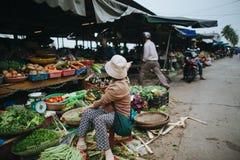 niewiadomi wietnamczyków ludzie na sklepie spożywczym wprowadzać na rynek w Hoi, Wietnam Fotografia Stock