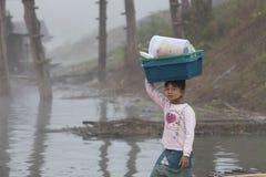 Niewiadomy dziecko z jej koszem Zdjęcie Royalty Free