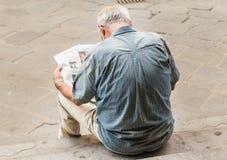 Niewiadomy mężczyzna jest czytelniczym wiadomości papierem Florencja Obraz Royalty Free