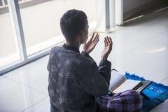 Niewiadomy mężczyzna ono modli się Allah w domu obrazy royalty free
