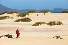 Niewiadomy męski kitesurfer na plaży w Corralejo, Fuerteventura, wyspy kanaryjska, Hiszpania Obraz Stock