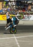 Niewiadomy wyczynu kaskaderskiego rowerzysta zabawia widowni Zdjęcie Stock