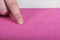 Niewidomy czytanie menchii tekst obraz royalty free