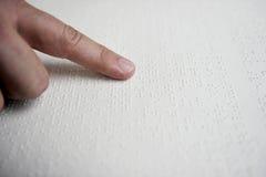 Niewidomy czytelniczy tekst w Braille języku Zdjęcie Stock