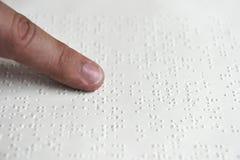 Niewidomy czytelniczy tekst w Braille języku Obraz Royalty Free