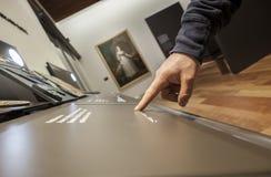 Niewidomy czytelniczy teksta podpis w Braille języku przy muzeum Fotografia Royalty Free