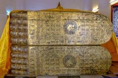 Niewidziana Opierać Buddha odcisku stopego pokrywa złocistym liściem Grudzień 2018 zdjęcia royalty free