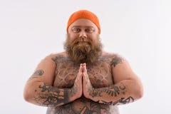 Niewinnie brodaty grubas z tatuażem zdjęcie royalty free
