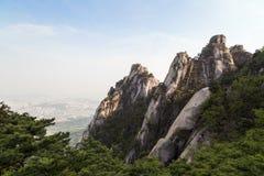 Niewygładzeni halni szczyty przy Bukhansan parkiem narodowym w Seul zdjęcie stock