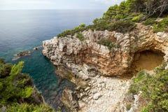 Niewygładzona faleza przy Lokrum wyspą w Chorwacja obrazy stock