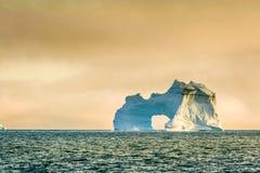 Niewygładzona i potężna góra lodowa siedzi samotnie w Arktycznym oceanie Fotografia Royalty Free