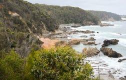 Niewygładzona linia brzegowa z skałami i błękitnymi morzami Zdjęcie Stock