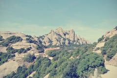 Niewygładzony góra krajobraz na słonecznym dniu; filtrujący, retro styl, fotografia royalty free