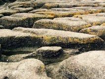 Niewygładzony kamienny brzeg obrazy stock