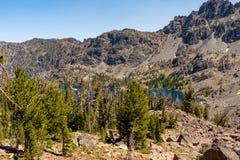 Niewygładzony pustkowie w Środkowym Idaho z lasowym i skalistym mountai zdjęcia stock