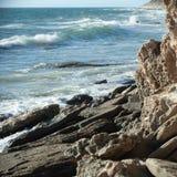Niewygładzony wybrzeże i toczny ocean zdjęcie stock