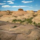 Niewygładzony z drogowych śladów pod niebieskim niebem w Moab Utah zdjęcia royalty free