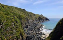 Niewygładzona linia brzegowa blisko jaszczurka punktu, Cornwall Obrazy Stock