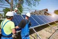 Niezależna zewnętrzna panelu słonecznego systemu instalacja, odnawialny zielony energetyczny pokolenia pojęcie obraz stock