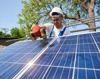 Niezależna zewnętrzna panelu słonecznego systemu instalacja, odnawialny zielony energetyczny pokolenia pojęcie obrazy stock