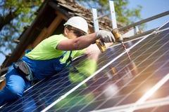 Niezależna zewnętrzna panelu słonecznego systemu instalacja, odnawialny zielony energetyczny pokolenia pojęcie obraz royalty free