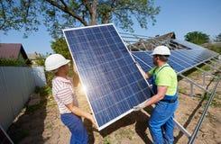 Niezależna zewnętrzna panelu słonecznego systemu instalacja, odnawialny zielony energetyczny pokolenia pojęcie zdjęcia stock