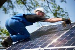 Niezależna zewnętrzna panelu słonecznego systemu instalacja, odnawialny zielony energetyczny pokolenia pojęcie zdjęcie stock