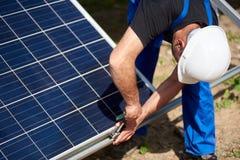 Niezależna zewnętrzna panelu słonecznego systemu instalacja, odnawialny zielony energetyczny pokolenia pojęcie obrazy royalty free