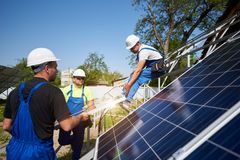 Niezależna zewnętrzna panelu słonecznego systemu instalacja, odnawialny zielony energetyczny pokolenia pojęcie fotografia stock