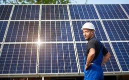 Niezależna zewnętrzna panelu słonecznego systemu instalacja, odnawialny zielony energetyczny pokolenia pojęcie zdjęcia royalty free