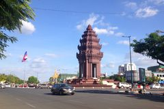 Niezależność zabytek w kapitale Kambodża, Phnom Penh miasto Teren z poruszającymi samochodami obraz royalty free
